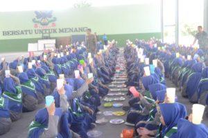 siswa sedang makan bersama